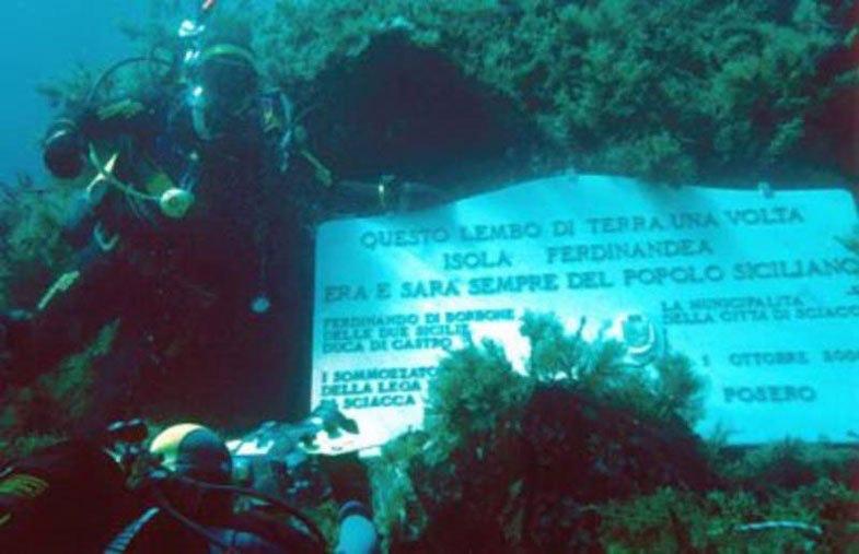 Podvodnaya mramornaya plita vozle ostrova-prizraka
