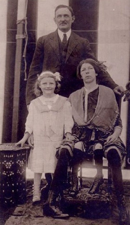 Myrtle_Corbin_with_husband_and_daughter