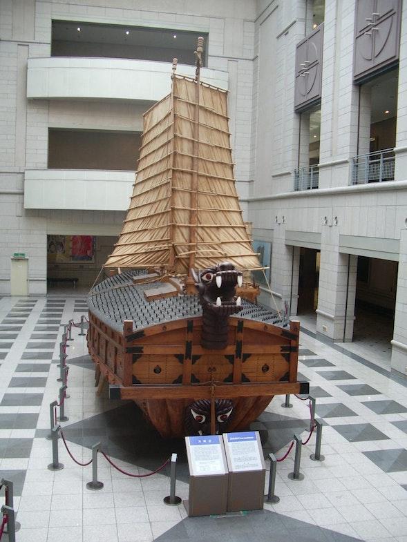 Replika kobuksona v voennom muzee Seula