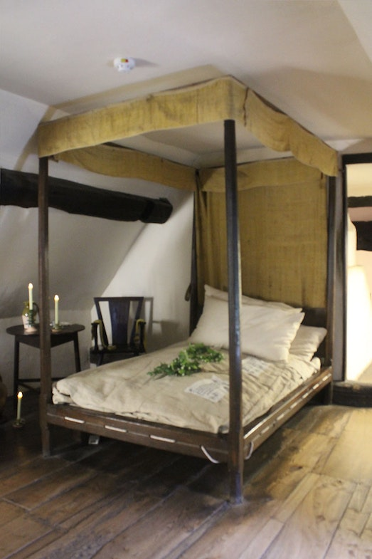 This bed in Anne Hathaway's Cottage is believed to the