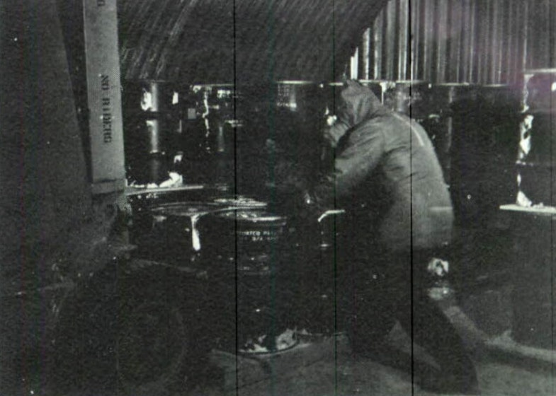 Chlen dezaktivatsionnoy komandyi ryadom s pogruzchikom vnutri bunkera
