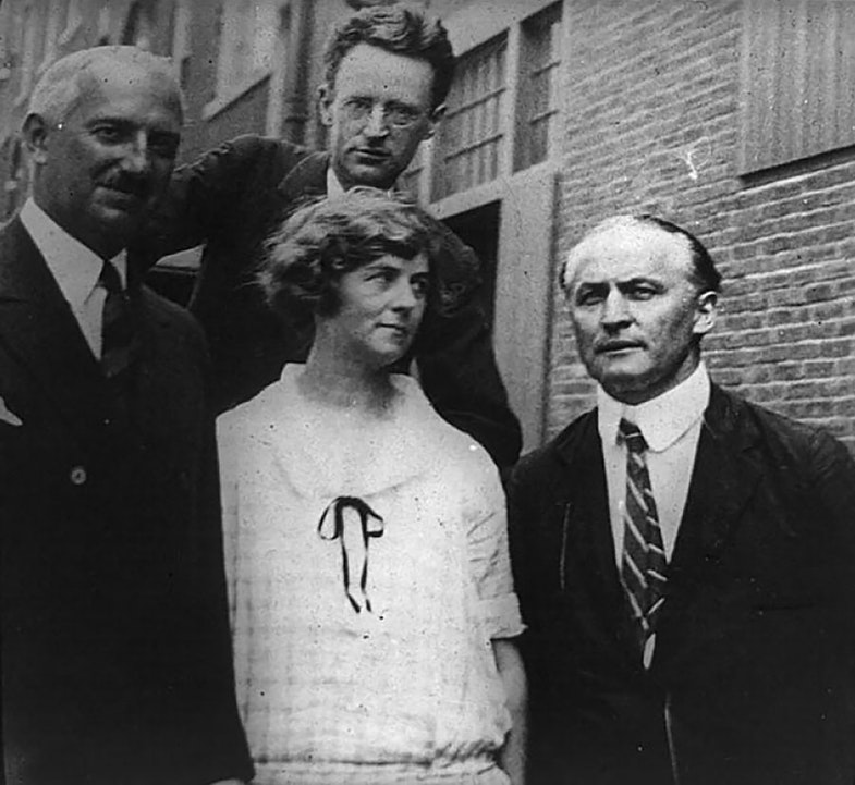 Harry Houdini (lower row, right) and Mina Crandon