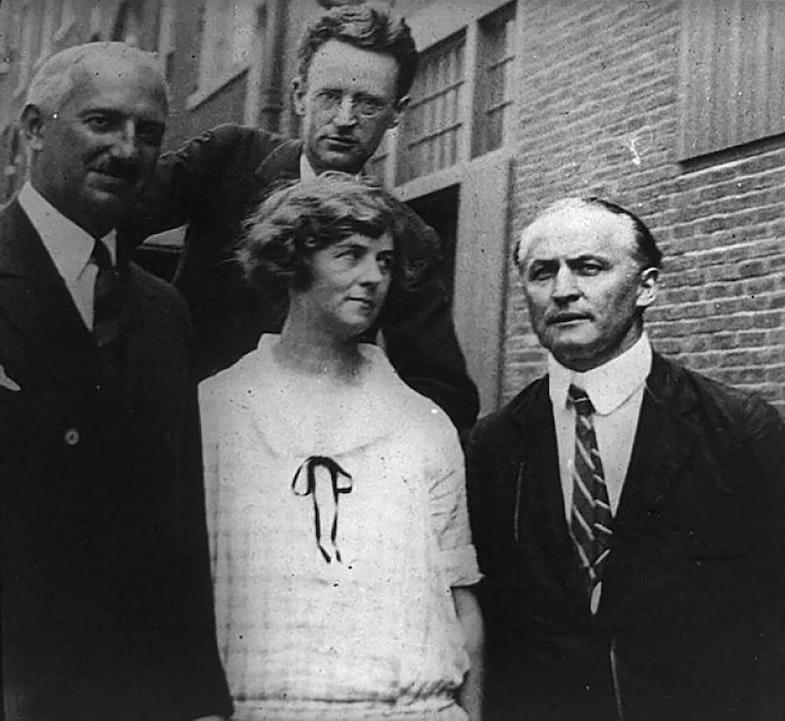Harry Houdini (lower row, right) and Mina Crandon