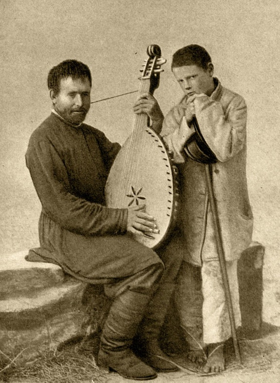Kobzar Mikhail Kravchenko with a guide. A photo from the collection of Nazar Bojinsky
