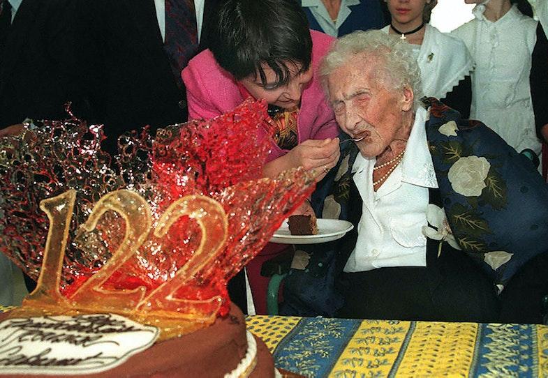 21 février 1997 à Arles, de Jeanne Calment dégustant un gâteau au chocolat que lui offre sa curatrice Marie-Pierre Maraini, lors de son 122ème anniversaire