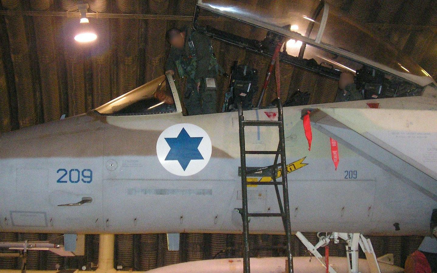 Пилот истребителя F-15I 69-й эскадры Израильских ВВС садится в свой самолет перед операцией по бомбардировке сирийского ядерного реактора.