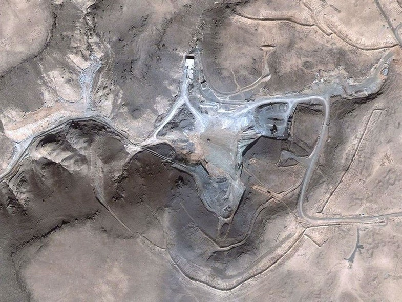 Площадка реактора через несколько недель после удара. Сирийцы убрали все обломки. Когда на место захотели приехать инспекторы МАГАТЭ, им заявили, что там ничего никогда не было. Впрочем, на месте нашли следы радиоактивных веществ.