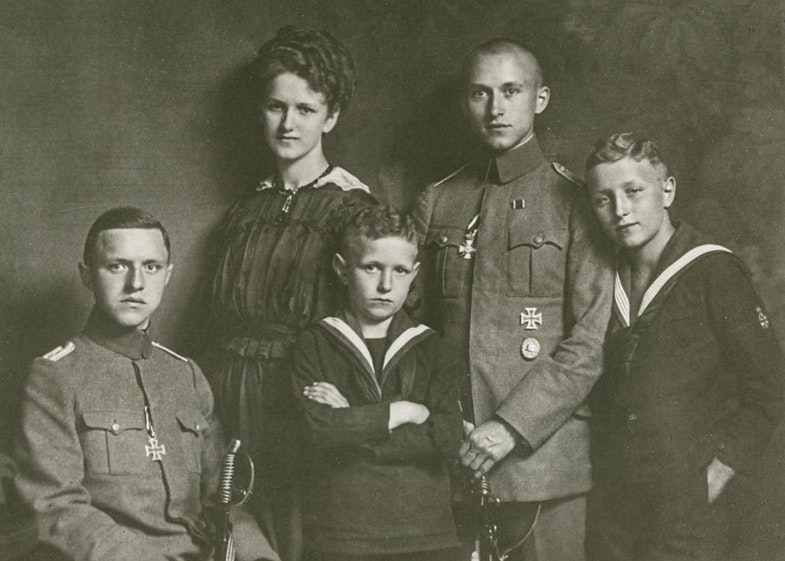 Junger (standing), home on leave with his siblings